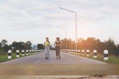 跑在公园& x28的少妇; 迷离image& x29;选择的焦点 库存照片