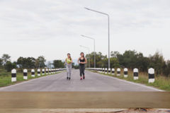 跑在公园& x28的少妇; 迷离image& x29;选择的焦点 免版税库存照片