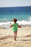 跑在兰萨罗特岛海滩的小女孩 免版税库存照片