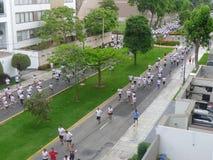 跑在利马,秘鲁圣Isidro区的人们  免版税库存图片