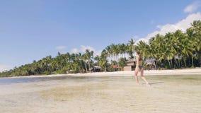 跑在夏天海滩的海水的无忧无虑的妇女 天堂海滩的女孩 影视素材
