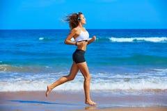 跑在夏天海滩的美丽的深色的女孩 库存照片