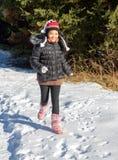 跑在多雪的自然的一名快乐的妇女 库存照片