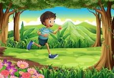 跑在密林的男孩 库存照片