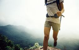 跑在山上面峭壁边缘的妇女 库存图片