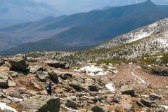 跑在山的妇女足迹 库存照片