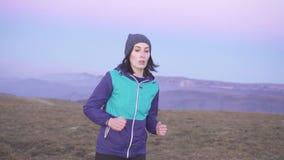 跑在山的日落,缓慢的mo的女子运动员画象 股票录像