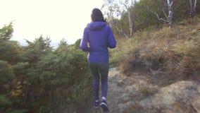 跑在山路背面图的女孩运动员 股票视频