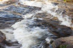 跑在岩石的水小河 库存图片