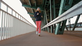 跑在工业桥梁的慢动作少妇在城市 影视素材