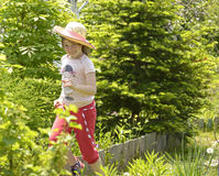 跑在庭院里的女孩 库存图片