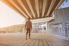 跑在户外,秋天,有吸引力的深色皮肤的赛跑者的年轻人适合的人快速地跑步,体育概念 图库摄影