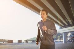 跑在户外,秋天,有吸引力的深色皮肤的赛跑者的年轻人适合的人快速地跑步,体育概念 免版税图库摄影