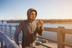 跑在户外,秋天,有吸引力的深色皮肤的赛跑者的年轻人适合的人快速地跑步,体育概念 库存图片
