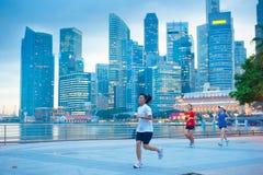 跑在新加坡的年长妇女 免版税库存图片