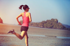 跑在日出海滩的健康生活方式妇女 免版税库存照片