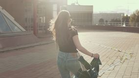 跑在日落的俏丽的微笑的女孩户外在慢动作 生活方式概念 股票录像
