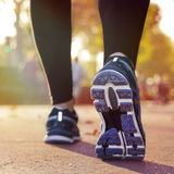 跑在日落的健身女孩 免版税库存图片