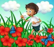 跑在有花和蝴蝶的庭院的男孩 皇族释放例证