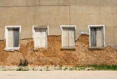 跑在有裂缝的墙壁下 免版税库存照片