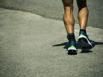 跑在柏油路的活跃人 免版税库存图片