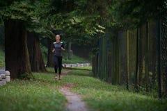 跑在森林足迹的赛跑者运动员 图库摄影