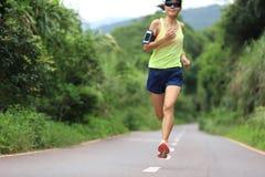 跑在森林足迹的赛跑者运动员 免版税图库摄影