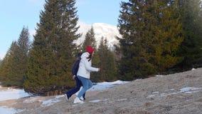 跑在森林里的两旅行的愉快的年轻女人 影视素材