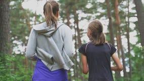 跑在森林里的妈妈和女儿 股票视频