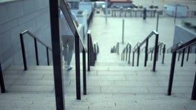 跑在楼梯的一个运动的人的移动式摄影车移动 影视素材