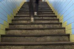跑在楼梯,行动迷离的脚 库存图片