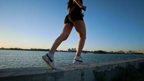 跑在江边的美丽的运动女孩 影视素材