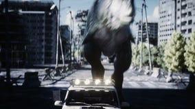 跑在汽车后的恐龙rex在被毁坏的城市 恐龙启示 未来的概念 现实4K动画 向量例证
