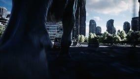 跑在汽车后的恐龙rex在被毁坏的城市 恐龙启示 未来的概念 现实4K动画 皇族释放例证
