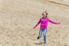 跑在沙丘下的女孩 免版税库存图片
