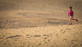 跑在沙丘下 库存照片