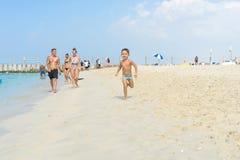 跑在沙子热带海滩的愉快的小男孩 正面人的情感,感觉,喜悦 E 免版税库存照片
