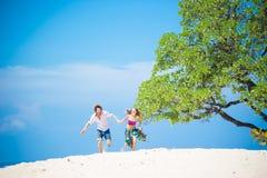 跑在沙子的夫妇 免版税库存图片