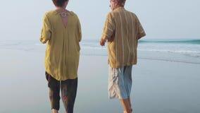 跑在沙滩的活跃资深夫妇在日出 影视素材