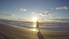 跑在沙滩的英俊的年轻人 股票视频
