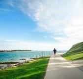 跑在沿海的人 免版税库存图片