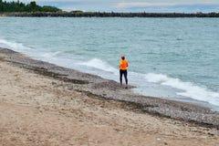 跑在波儿地克的海边的少妇 免版税库存照片