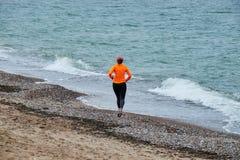跑在波儿地克的海边的少妇 图库摄影