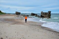 跑在波儿地克的海边的少妇 库存图片
