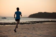 跑在海岸的健身妇女 图库摄影