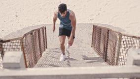 跑在海滩的公赛跑者步 股票录像