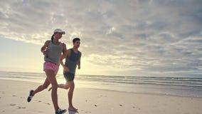 跑在海滩的年轻人在早晨 股票视频