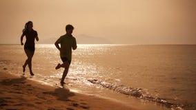 跑在海滩,慢动作的两个孩子 股票视频
