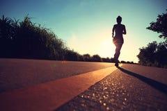 跑在海边路的赛跑者运动员 免版税图库摄影