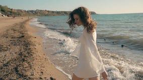 跑在海边附近的年轻俏丽的女孩和 影视素材